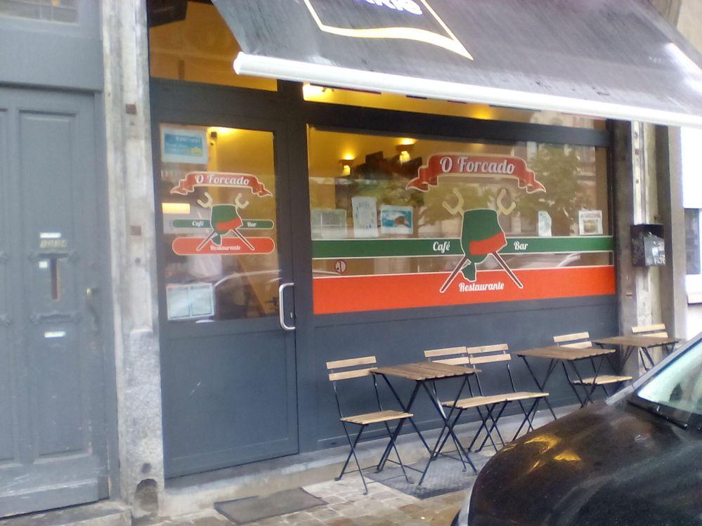 Entrada do café e restaurante O Forçado em Bruxelas