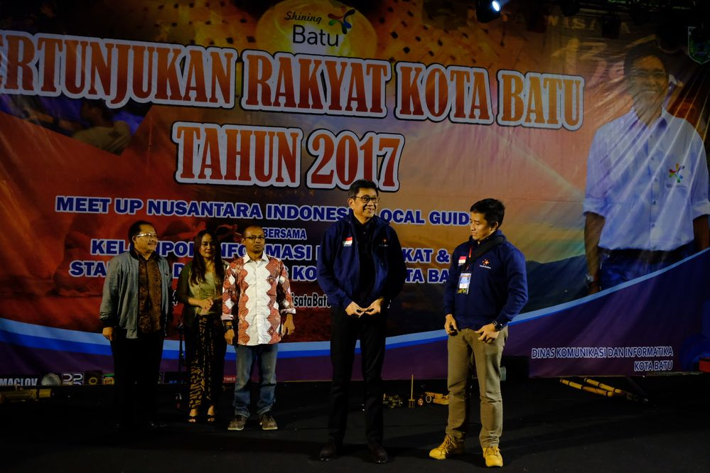 Mayor of Batu city, Edi Rumpoko wore Batu Local Guides Jacket given by @br14n